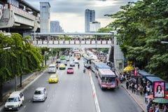 BANGKOK, TAILANDIA ï ¿½ 23 de noviembre: Trafique en el camino ocupado delante del parque en noviembre 23,2012 de Chatuchak en Ba Imagen de archivo