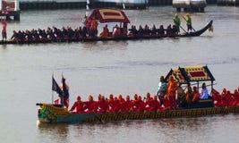 BANGKOK, TAILANDIA - 6 DE NOVIEMBRE: Lancha a remolque real tailandesa Imagenes de archivo