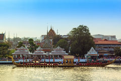 BANGKOK, TAILANDIA - 6 DE NOVIEMBRE: Lancha a remolque real tailandesa Imagen de archivo