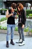 Bangkok, Tailandia: Adolescencias de moda con la cámara Imagenes de archivo