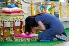 Bangkok, Tailandia: Adoración de la mujer Imagen de archivo