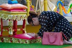 Bangkok, Tailandia: Adoración de la mujer Imagenes de archivo