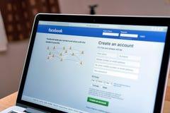 Bangkok, Tailandia - 23 agosto 2017: computer portatile che mostra il facebook dello schermo più grande e della rete sociale sito Fotografie Stock Libere da Diritti