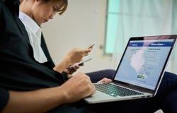Bangkok, Tailandia - 31 agosto 2017: equipaggi il computer portatile di uso sulla visualizzazione Facebook, media sociali stanno  Fotografia Stock