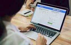 Bangkok, Tailandia - 23 agosto 2017: Icone di Facebook dello schermo di connessione sul macbook della mela pro più grande e rete  fotografie stock libere da diritti