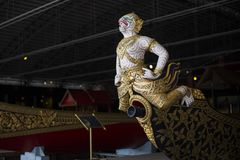 Bangkok, Tailandia - 12 agosto 2017: L'uomo di Krabi Prap Muang barge dentro il museo nazionale, Bangkok, Tailandia Immagini Stock