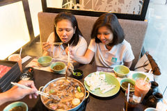 Bangkok, Tailandia - 3 agosto 2017: Le donne asiatiche dividono un pasto con gli amici, celebranti le feste Fotografia Stock