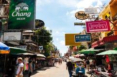 BANGKOK, TAILANDIA - 24 AGOSTO: Passeggiata dei turisti lungo il hav di viaggiatore con zaino e sacco a pelo Immagine Stock Libera da Diritti