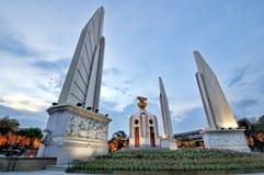 BANGKOK, TAILANDIA - 12 agosto 2015: Strada di Ratchadamnoen del monumento di democrazia immagine stock