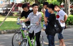 Bangkok, Tailandia: Anni dell'adolescenza nel parco di Lumphini Fotografia Stock Libera da Diritti