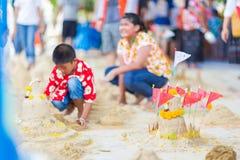 BANGKOK TAILANDIA - 16 aprile 2018: Il festival di Songkran, ragazzo sta costruendo la pagoda della sabbia La pagoda è stata ered Fotografia Stock