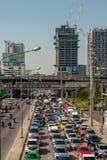 BANGKOK, TAILANDIA - 21 APRILE 2015: Ingorgo stradale di Bangkok a Petchbur Fotografia Stock