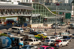 BANGKOK, TAILANDIA - 21 APRILE 2015: Ingorgo stradale di Bangkok a Petchbur Fotografia Stock Libera da Diritti