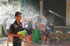 Bangkok, Tailandia - 15 aprile: Innaffi la lotta durante il nuovo anno tailandese di festival di Songkran il 15 aprile 2011 in so Immagini Stock