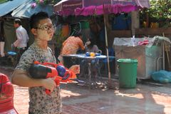 Bangkok, Tailandia - 15 aprile: Innaffi la lotta durante il nuovo anno tailandese di festival di Songkran il 15 aprile 2011 in so Immagine Stock Libera da Diritti