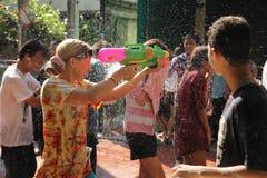 Bangkok, Tailandia - 15 aprile: Innaffi la lotta durante il nuovo anno tailandese di festival di Songkran il 15 aprile 2011 in so Fotografie Stock Libere da Diritti