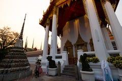 BANGKOK, TAILANDIA - 6 APRILE 2018: Tempio di buddist di Wat Pho - decorato in oro e nei colori luminosi dove i buddists vanno pr immagini stock