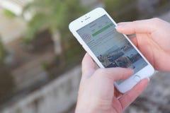 BANGKOK, TAILANDIA - 6,2016 augusti: Mano che tiene i wi di Apple iPhone6s Fotografie Stock