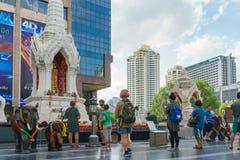Bangkok, Tailandia 24,2016 augusti: Statua di Trimurati Buddha davanti alla plaza centrale del mondo Fotografie Stock Libere da Diritti