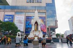 Bangkok, Tailandia 24,2016 augusti: Statua di Trimurati Buddha nella f Fotografia Stock