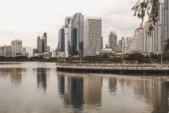 Bangkok, Tailandia - 12,2018 augusti: Vista di paesaggio urbano del giardino di Benjakiti immagine stock