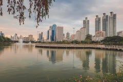 Bangkok, Tailandia - 12,2018 augusti: Vista di paesaggio urbano del giardino di Benjakiti immagine stock libera da diritti