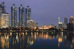 Bangkok, Tailandia - 12,2018 augusti: Vista di paesaggio urbano del giardino di Benjakiti fotografia stock