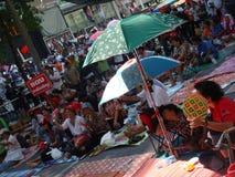 Bangkok/Tailandia - 04 30 2010: Camisas rojas puestas encima de las barricadas y de las áreas principales del bloque alrededor de fotografía de archivo