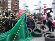Bangkok/Tailandia - 04 30 2010: Camisas rojas puestas encima de las barricadas y de las áreas principales del bloque alrededor de imagenes de archivo