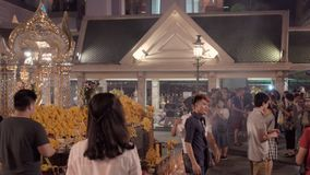 BANGKOK, TAILANDIA CIRCA marzo 2017: La gente che prega al santuario buddista a Bangkok, Tailandia video d archivio