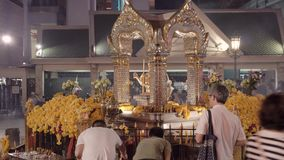 BANGKOK, TAILANDIA CIRCA marzo 2017: La gente che prega al santuario buddista a Bangkok, Tailandia archivi video