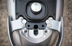BANGKOK, TAILANDIA - 3 DE ABRIL DE 2019: Casquillo de aluminio del combustible usado en una vespa 2019 de motor de Honda Scoopy i fotografía de archivo