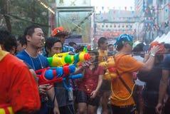 BANGKOK, TAILANDIA - 15 DE ABRIL DE 2014: Agua que juega no identificada i Foto de archivo