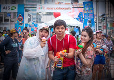 BANGKOK, TAILANDIA - 15 DE ABRIL DE 2014: Agua que juega no identificada i Imagen de archivo