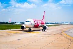 Bangkok, Tailandia - 13 de abril de 2017: Air Asia tailandés parqueado en Don M Foto de archivo