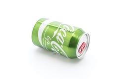 Bangkok, Tailandia - 4 de abril de 2017: Coca Cola puede en el nuevo gree Foto de archivo