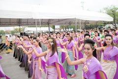 Bangkok, Tailandia - 12 de abril de 2015: El bailarín no identificado se realiza Fotos de archivo libres de regalías