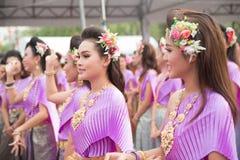 Bangkok, Tailandia - 12 de abril de 2015: El bailarín no identificado se realiza Imagen de archivo