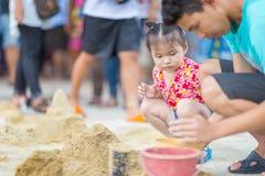 BANGKOK TAILANDIA - 16 de abril de 2018: El festival, el padre y la hija de Songkran está construyendo la pagoda de la arena El f Imágenes de archivo libres de regalías