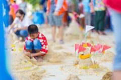 BANGKOK TAILANDIA - 16 de abril de 2018: El festival de Songkran, muchacho está construyendo la pagoda de la arena La pagoda se h Foto de archivo
