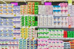 BANGKOK, TAILANDIA - 3 DE ABRIL: El hipermercado BigC Petchkasen adicional almacena completamente diversas marcas de jabón de ba fotografía de archivo libre de regalías