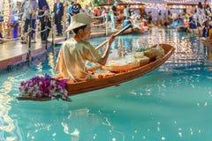 Bangkok/Tailandia - 12 de abril de 2018: el mercado flotante artificial, gente vende en el barco en la feria de Songkarn, rey Pow imagen de archivo