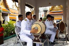 BANGKOK, TAILANDIA - 6 DE ABRIL DE 2018: El palacio magnífico - día de Chakri - adornado en oro y colores brillantes donde van lo fotografía de archivo