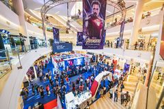 Bangkok, Tailandia - 25 de abril de 2019: Gente apretada que asiste a la cabina de la exposici?n del Endgame de los vengadores en fotografía de archivo