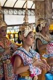 BANGKOK, TAILANDIA 25 DE ABRIL: Los bailarines se realizan en la capilla de Erawan Imagen de archivo