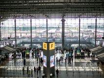 BANGKOK, TAILANDIA - 29 de abril de 2018: Opinión y pasajeros de alto ángulo que caminan en el aeropuerto de Suvarnabhumi fotos de archivo libres de regalías