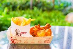 BANGKOK, TAILANDIA 9 de abril de 2018: Pollo frito y frito del francés del ` s de KFC, receta original Fotografía de archivo