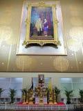 Bangkok, Tailandia - 28 de abril de 2019: Rey Rama 9 su rey Bhumibol Adulyadej de la majestad y imagen de la reina en el Pasillo  imagen de archivo