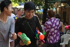 Bangkok, Tailandia - 15 de abril: Riegue la lucha en Año Nuevo tailandés del festival de Songkran el 15 de abril de 2011 en el so Fotos de archivo