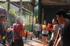 Bangkok, Tailandia - 15 de abril: Riegue la lucha en Año Nuevo tailandés del festival de Songkran el 15 de abril de 2011 en el so Foto de archivo libre de regalías